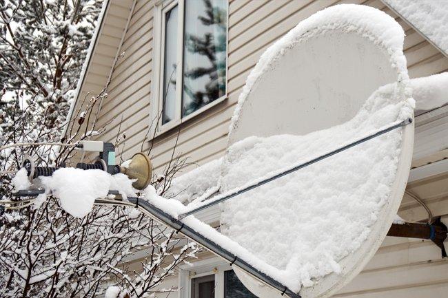 Deszcz i śnieg a antena satelitarna – jak przygotować się na mroźną lub deszczową zimę?